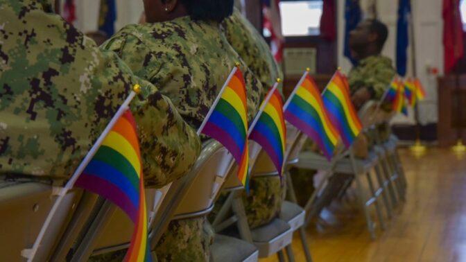 Ühendriikide sõjaväelased saamas homoseksualismi teemalist koolitust Jaapanis, Yokosukas paikneva 7. laevastiku Multikultuursuse komitee poolt korraldatud lesbide, geide, biseksuaalsete ja transsooliste uhkuse nädala tähistamise raames 25. juunil 2019