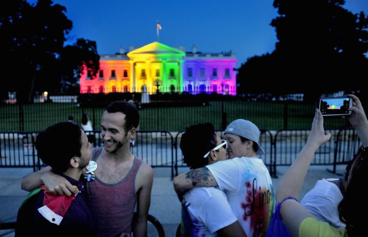 """Homoseksuaalid juubeldamas vikerkaarevärvidesse looritatud Valge maja ees, pärast USA ülemkohtu otsust, mis seadustas """"homoabielu"""" kogu riigis"""