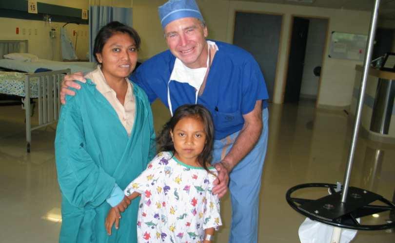 Dr Church koos väikese tüdrukuga, keda ta opereeris Mehhikos missioonil viibides.