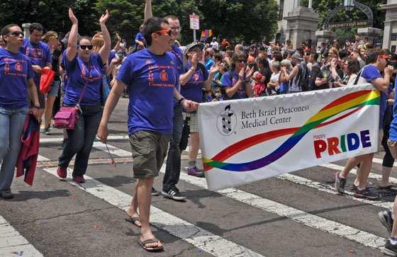 Beth Israel Deaconess Medical Center'i töötajad marssimas Bostoni homoparaadil
