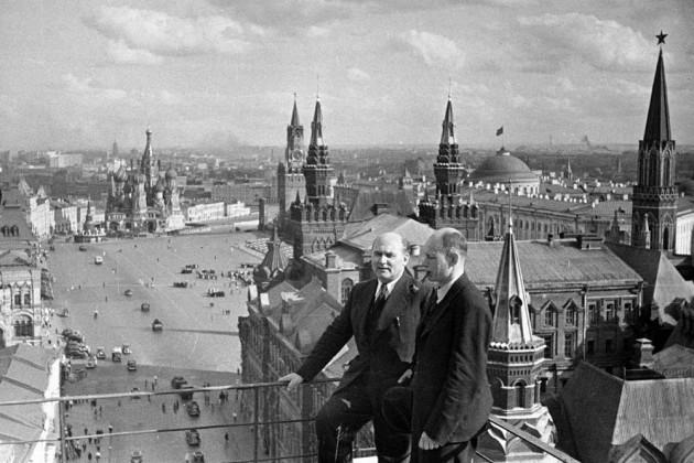 """Eesti NSV """"rahvavalitsuse"""" peaminister Johannes Vares-Barbarus ja välisminister Nigol Andresen võimukeskuses välismaiseid isandaid külastamas."""