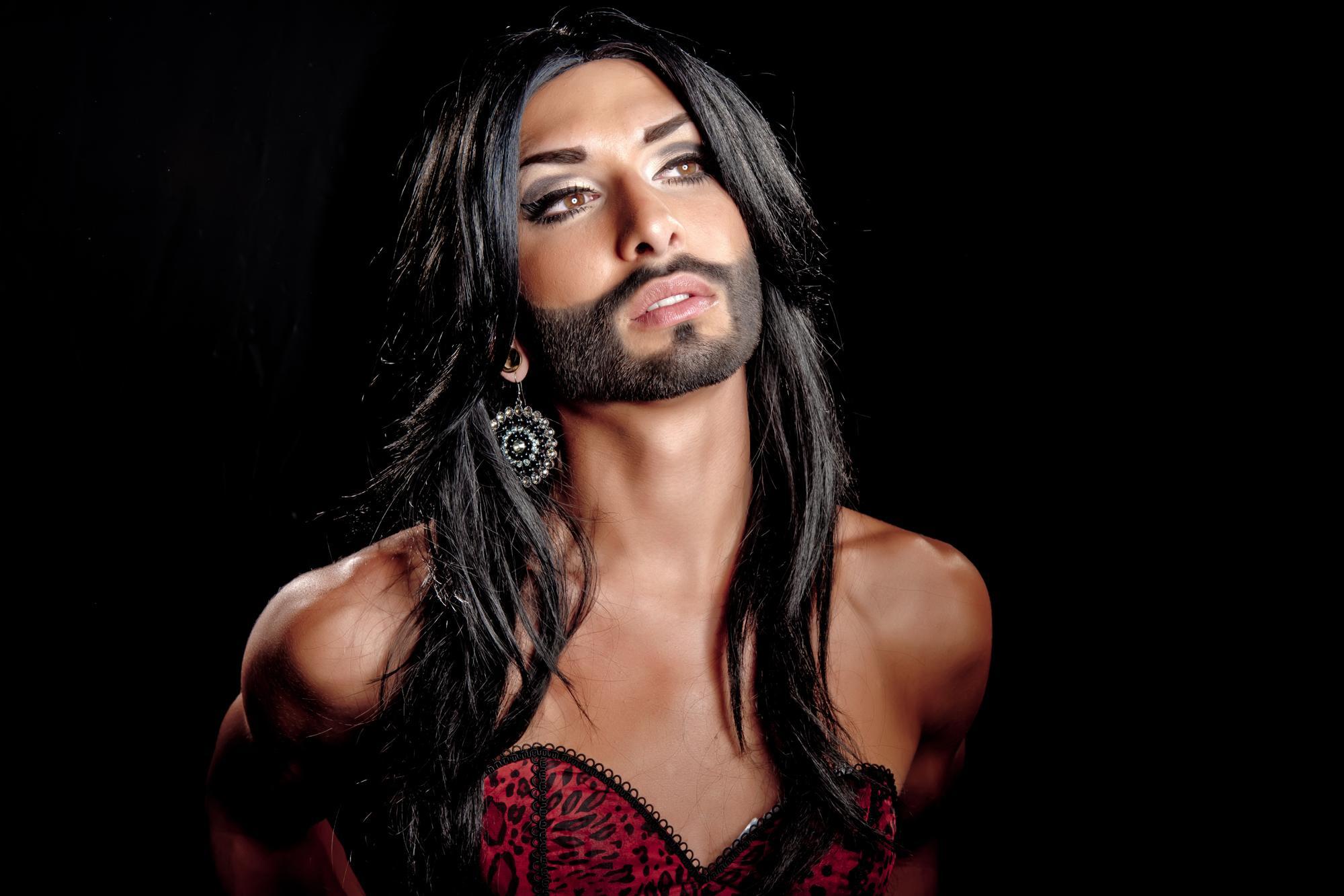 """Eurovisiooni on järjepidevalt kasutatud selleks, et tõsta esile """"transsoolisuse"""" ideoloogiat. 2014. aastal krooniti """"lauluvõistluse"""" võitjaks """"habemega mees"""" Conchita Wurst, keda esitleti sadadele miljonitele vaba maailma kangelasena."""