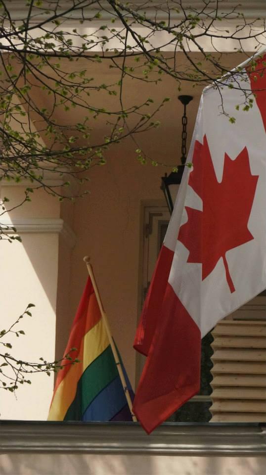 2013. aasta maikuus heiskas Kanada suursaatkond Tallinnas ühes USA saatkonnaga oma fassaadil vikerkaarelipu, et väljendada toetust kooseluseaduse läbisurumise algatamisele RIigikogus.