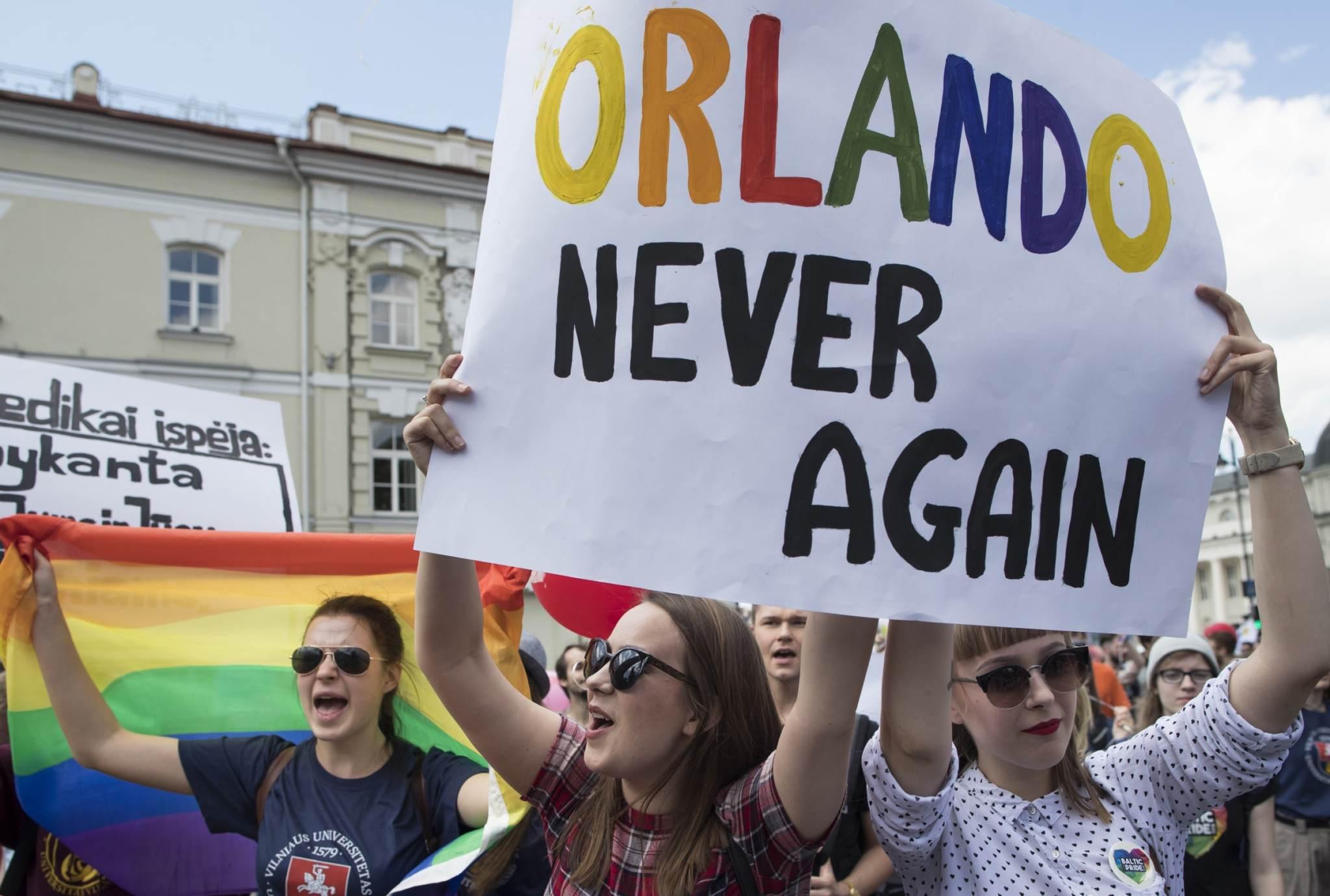 """""""Võrdsuse marsil"""" osalejad väljendasid sarnaselt suursaadikutega protesti Orlando tulistamise vastu, mis kujutas endast tegelikult mitte homoviha väljendust, vaid ühe homoseksuaali kättemaksu teistele. Foto: Mindaugas Kulbis, AP/Scanpix)"""