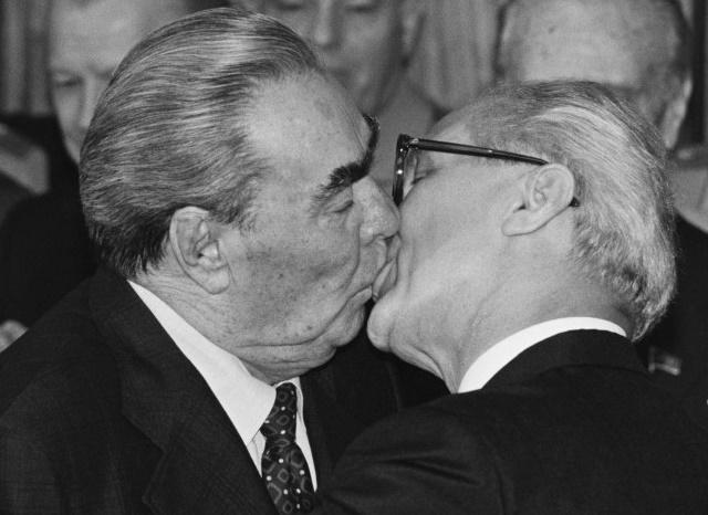 Nõukogude Liidu liider Leonid Iljitš Brežnev suudleb Saksa DV juhti Erich Honeckeri, Berliin, 1979.
