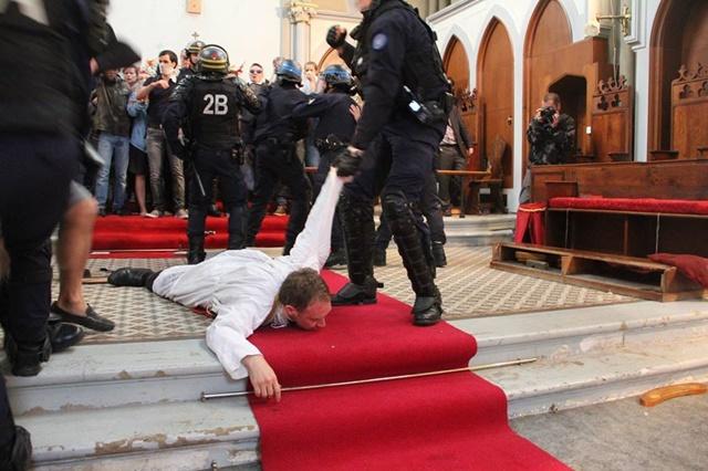 Politsei eriüksus tühjendab Püha Rita kirikut vaimulikest ja koguduseliikmetest