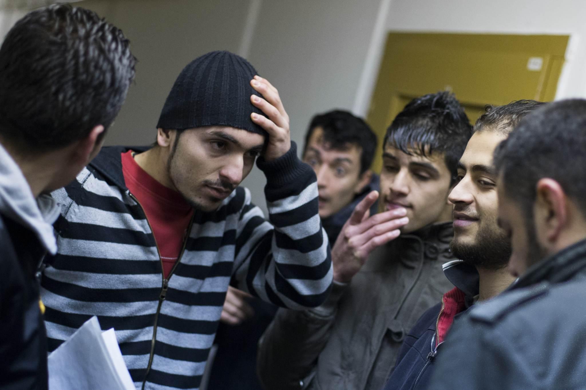 Süürlastest asüülitaotlejad Berliinis vestlusringis. Foto: Thomas Peter, Reuters/Scanpix