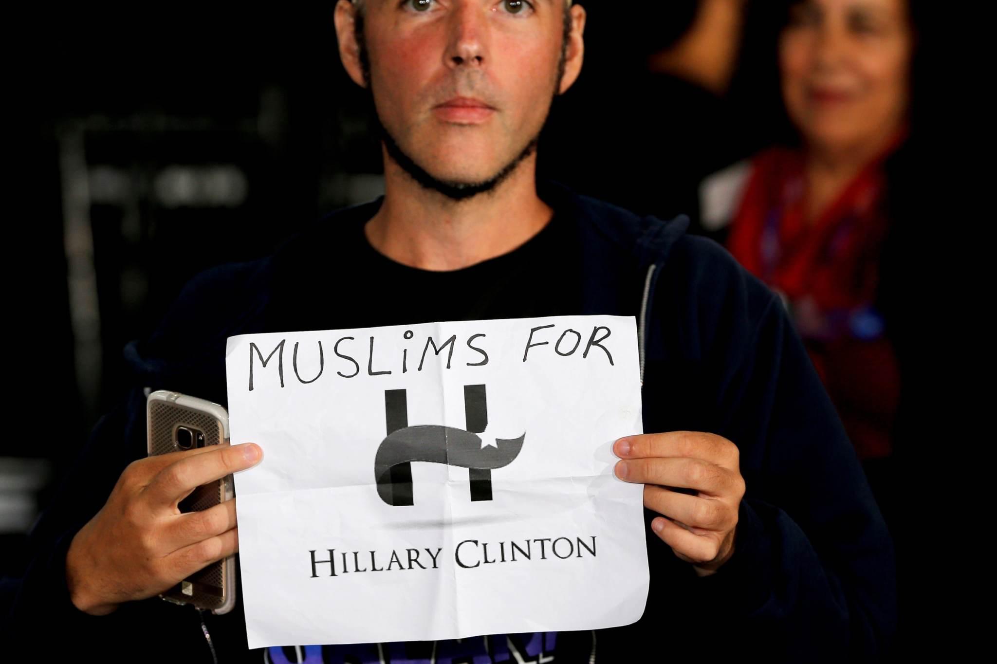 Noormees kampaaniakoosolekul moslemite nimel Hillary Clintonile toetust avaldamas. Foto: Brian Snyder, Reuters/Scanpix