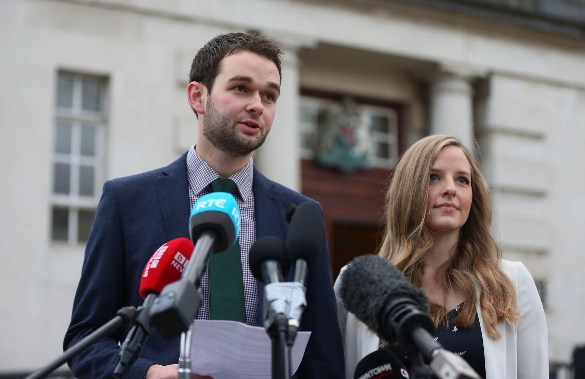 Asheri omanikud Daniel ja Amy McArthur kohtuotsuse eel ajakirjanikele kõnelemas. Foto: Niall Carson, AP/Scanpix