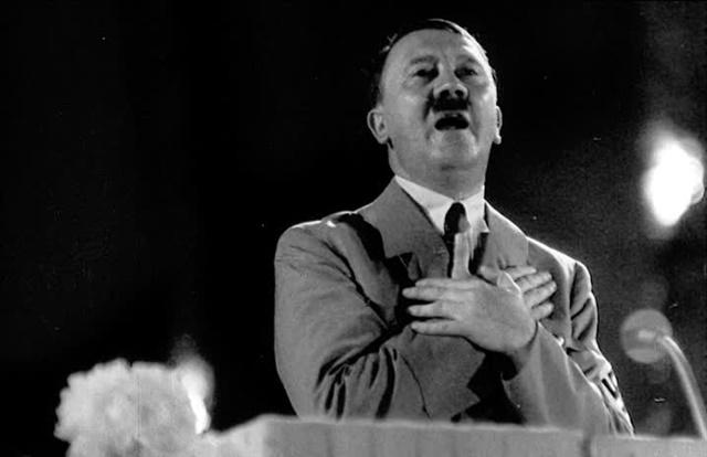 Adolf Hitler kõnet pidamas.