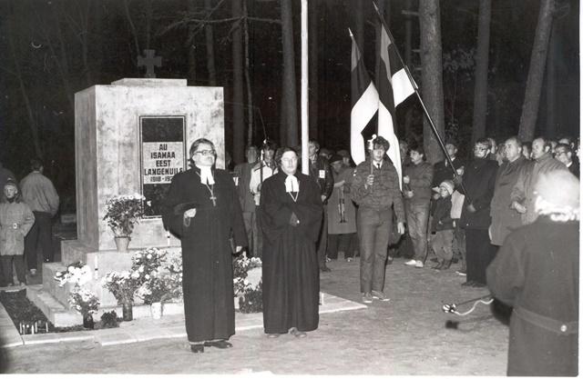 Vaba Sõltumatu Noorte Kolonni Nr. 1 esimesel aastapäeval 21. oktoobril 1988. a. kõnelevad Urvaste koguduse õpetaja Villu Jürjo ja Võru koguduse õpetaja Andres Mäevere. Võrumaa Muuseumi fotokogu
