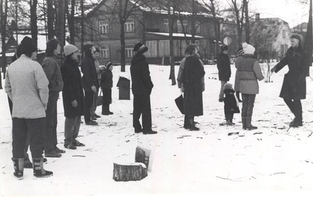 """Ühenduse """"Vaba Sõltumatu Noortekolonn nr. 1"""" liikmed kogunemas Kreutzwaldi mälestussamba juures 24. veebruaril 1987. a. Võrumaa Muuseumi fotokogu"""