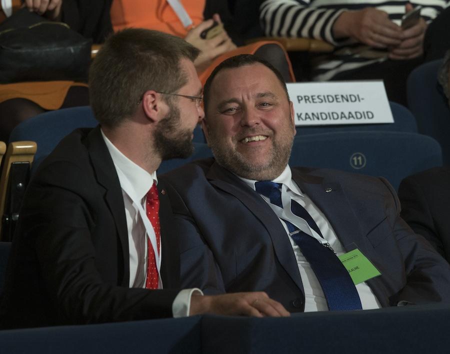 Sven Sester (IRL) ja Jevgeni Ossinovski (SDE) lõbusas tujus. Abielupaaridelt ühisdeklaratsiooni esitamise võimaluse äravõtmine edendab kahtlemata rohkem sotside ideoloogilist agendat, nõrgestades veelgi abielu elujõudu ja seades perekonnad veelgi enam sõltuvusse sotsiaaltoetustest. Foto: Liis Treimann, Postimees/Scanpix