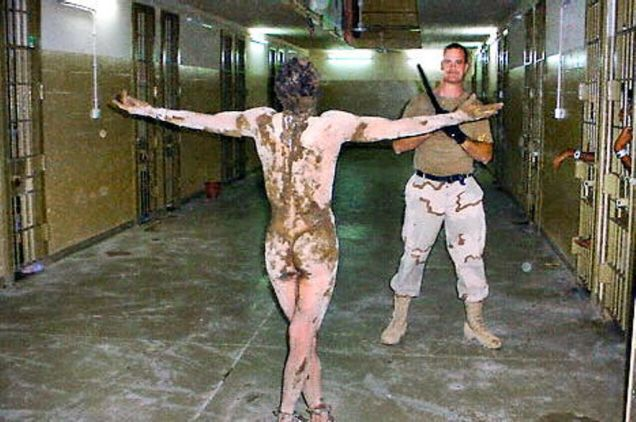2003. aastal lekkisid avalikkuse ette pildid USA sõdurite poolt Iraagis, Abu Ghraibi vanglas praktiseeritavast süstemaatilisest piinamisest. Rahvusvahelise Kriminaalkohtu statuudi artikli 7 kohaselt kujutab piinamine endast inimsusevastast kuritegu.