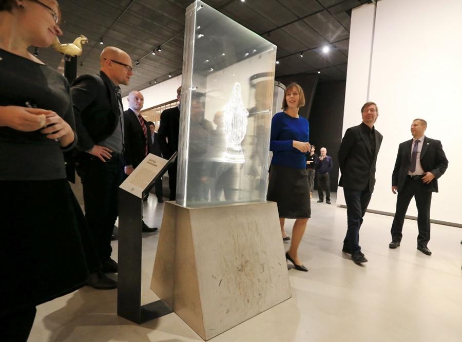 President Kersti Kaljulaid külastamas Eesti Rahva Muuseumi. Keskel puruneva Maarja figuuriga skandaalne eksponaat. Foto: Margus Ansu, Postimees/Scanpix